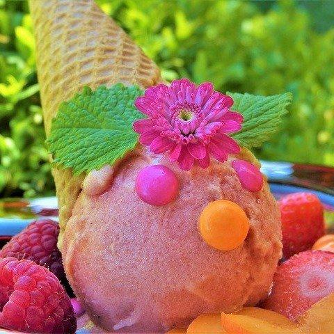 Kolorowe zdjęcie lodów w wafelku z owocami